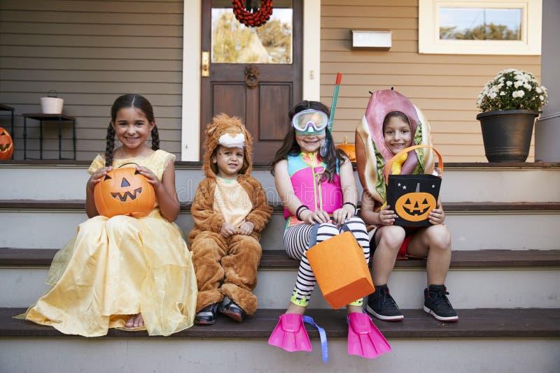 Kinderen die Halloween-Kostuums voor Truc of het Behandelen dragen royalty-vrije stock afbeeldingen