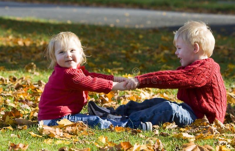 Kinderen die handen houden royalty-vrije stock foto's
