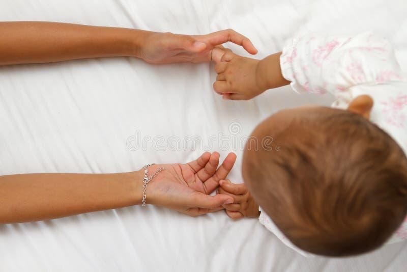 Kinderen die handen houden stock afbeelding