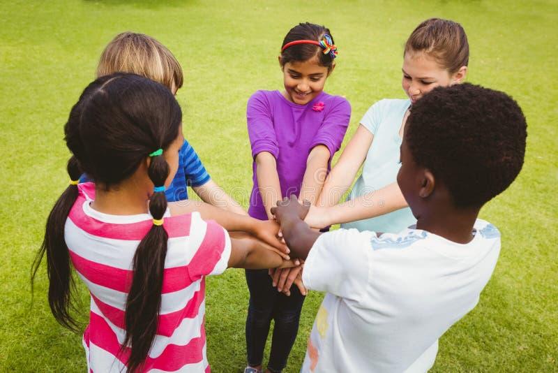 Kinderen die handen houden samen bij park royalty-vrije stock afbeeldingen