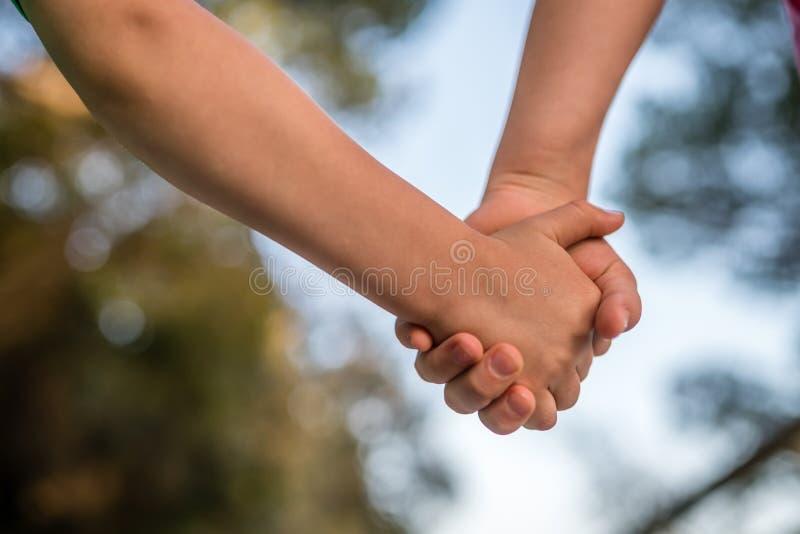 Kinderen die handen samen houden stock afbeelding