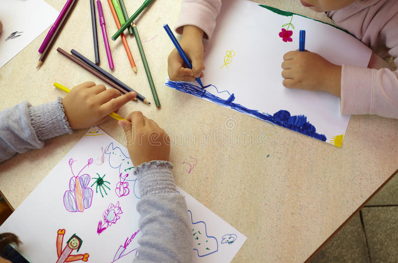 Kinderen die het onderwijs van de tekeningsschool schilderen royalty-vrije stock foto