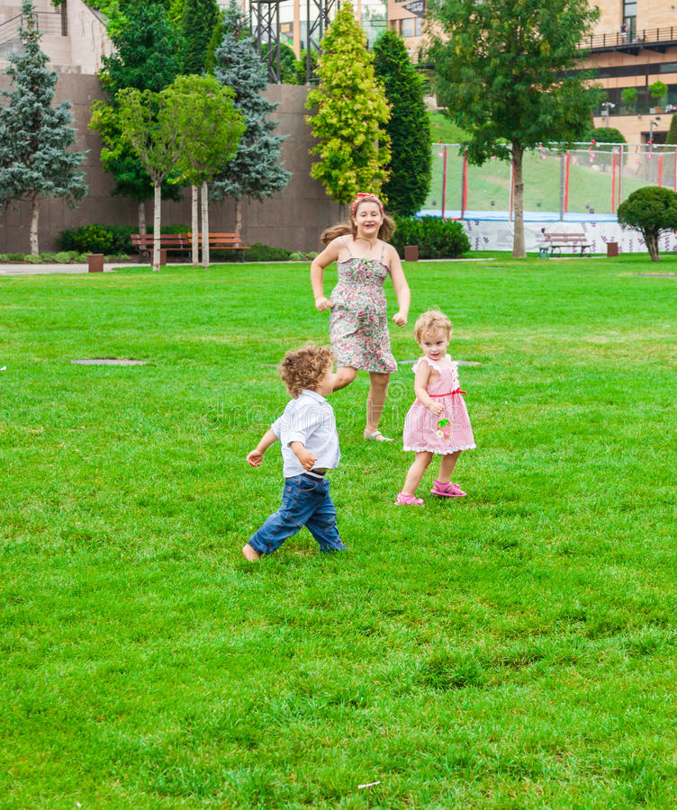 Kinderen die in het park spelen stock afbeelding