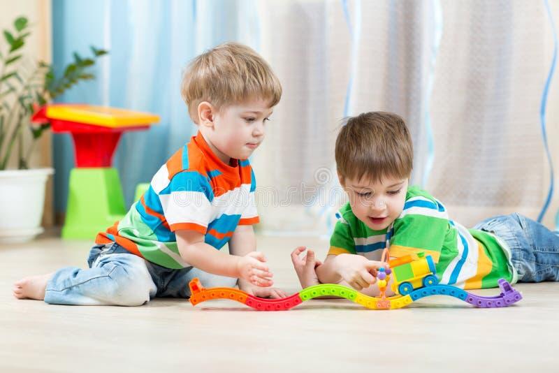 Kinderen die het stuk speelgoed van de spoorweg spelen stock foto