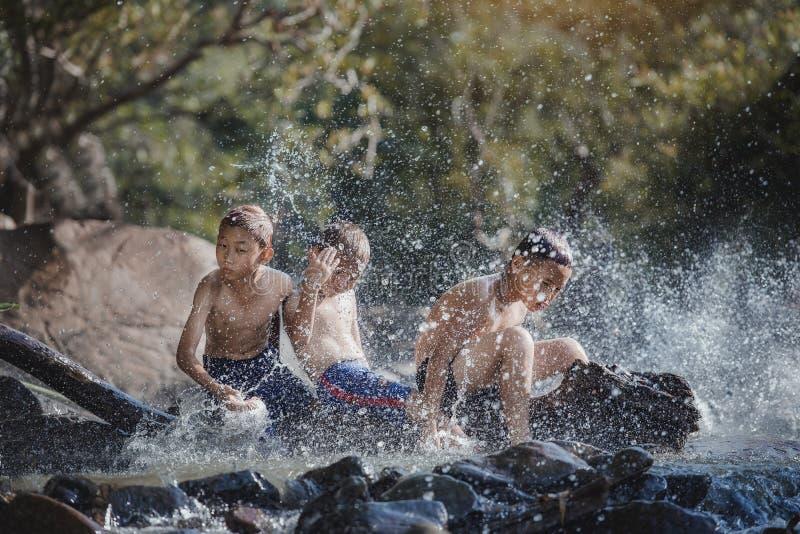 Kinderen die het water spelen royalty-vrije stock afbeeldingen