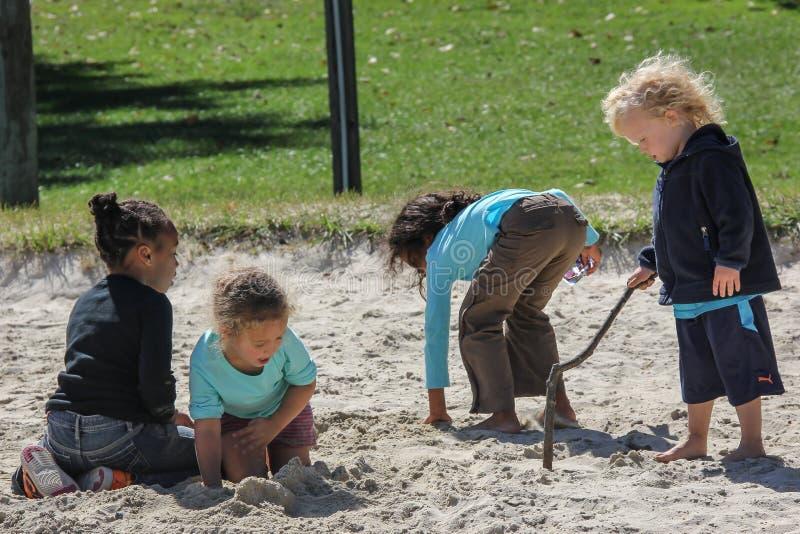 Kinderen die in het Zand spelen royalty-vrije stock afbeeldingen