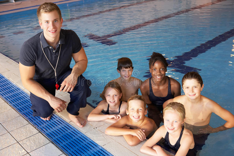 Kinderen die het zwemmen les hebben stock foto's