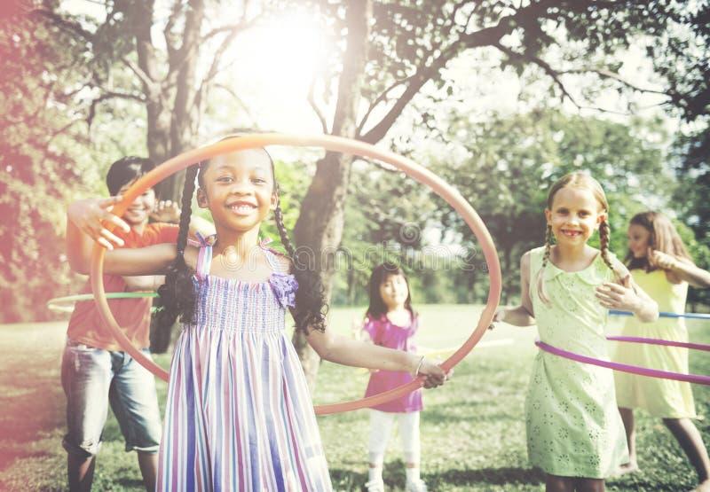 Kinderen die Hula-het Concept van de Hoepelactiviteit spelen stock afbeeldingen
