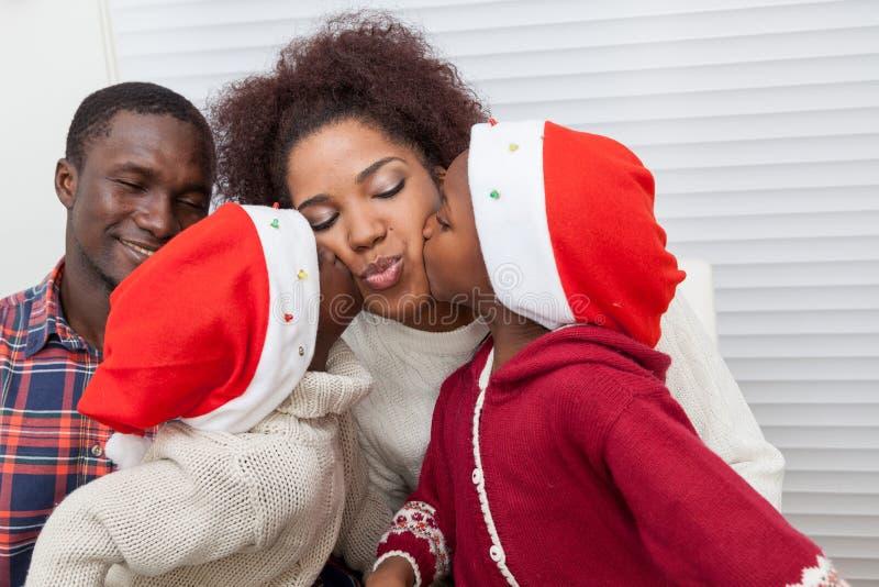 Kinderen die hun moeder kussen royalty-vrije stock foto