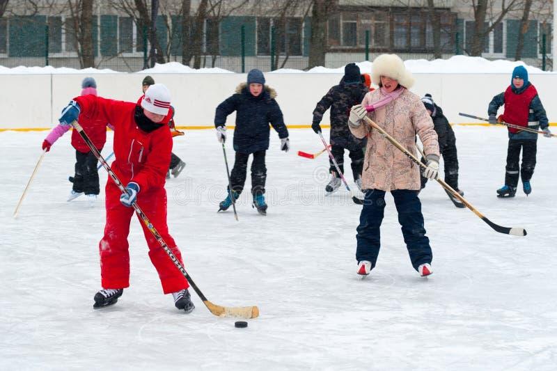 Kinderen die ijshockey 26 spelen 11 2019 stock afbeelding
