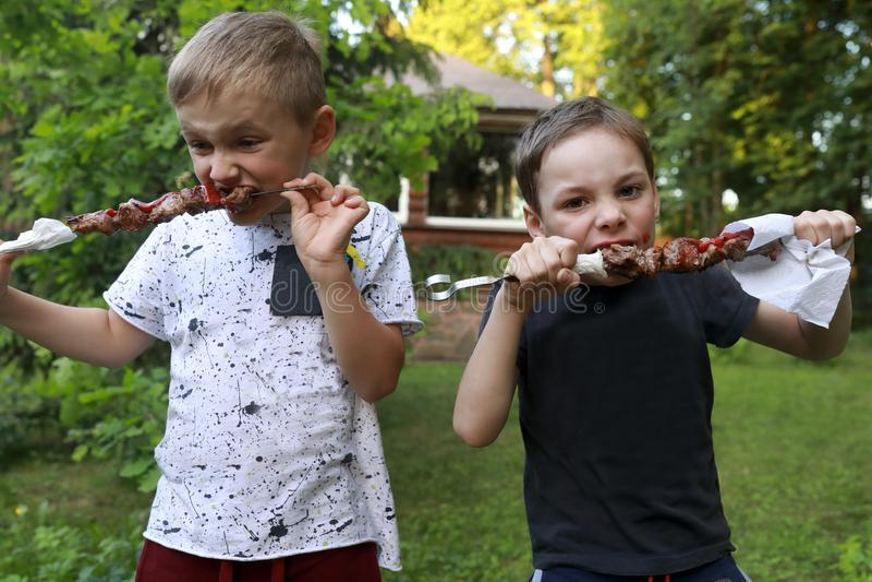 Kinderen die kebab eten royalty-vrije stock foto