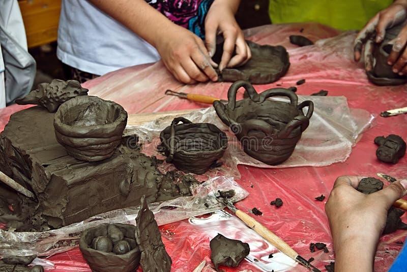 Kinderen die klei 1 vormen royalty-vrije stock afbeeldingen