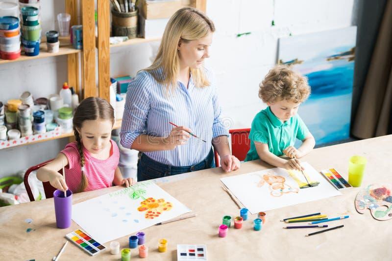Kinderen die in kunstklasse trekken stock fotografie