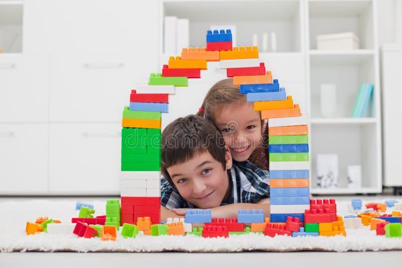 Kinderen die met blokken spelen stock afbeeldingen