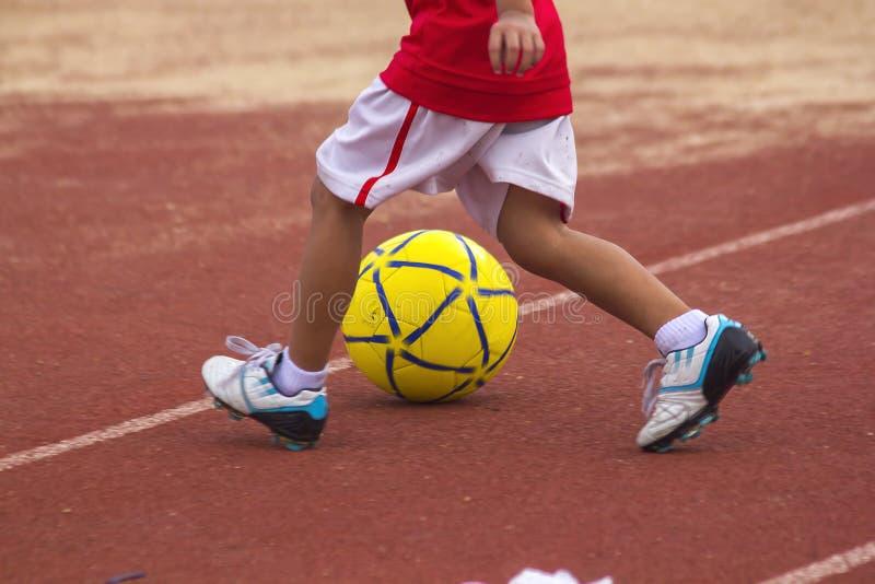 Kinderen die met de bal lopen royalty-vrije stock foto's