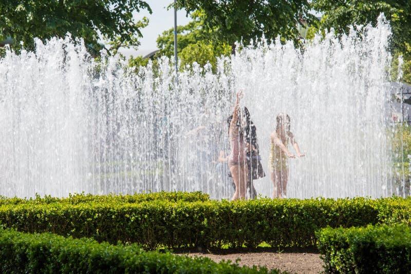 15,406 De Kinderen Spelen Water Foto's - gratis en royaltyvrije stockfoto's  uit Dreamstime - Pagina 4