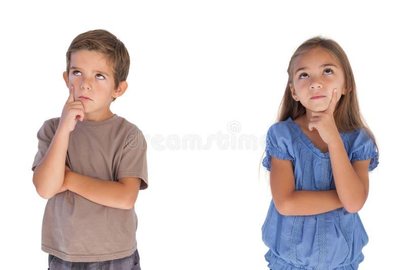 Kinderen die met gekruiste wapens dagdromen stock foto's