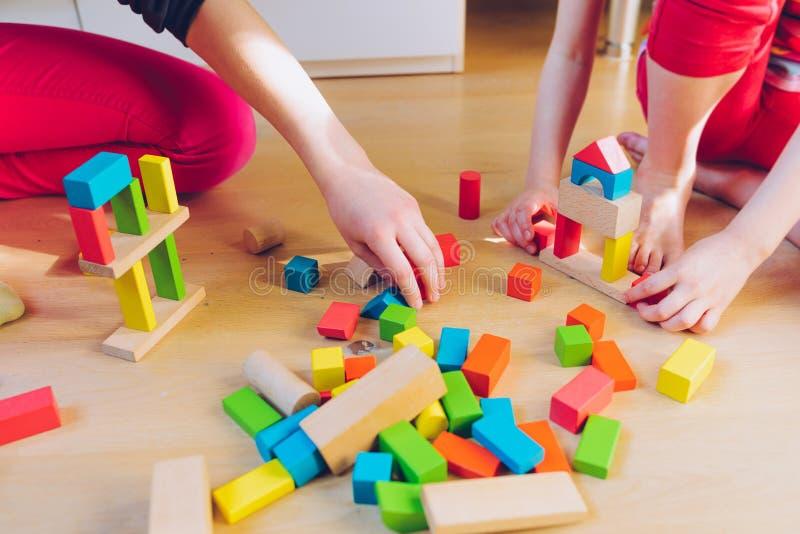 Kinderen die met houten blokken spelen - ondiepe diepte van fie royalty-vrije stock afbeelding