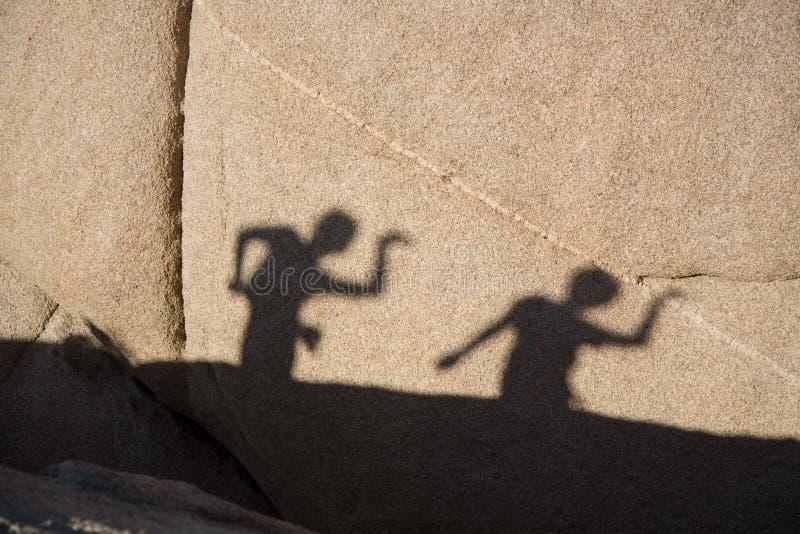 Kinderen die met hun schaduw spelen royalty-vrije stock foto