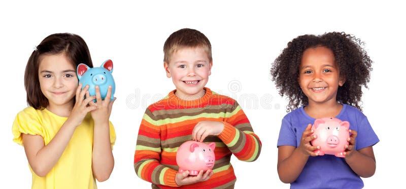 Kinderen die met hun spaarvarken sparen stock foto's
