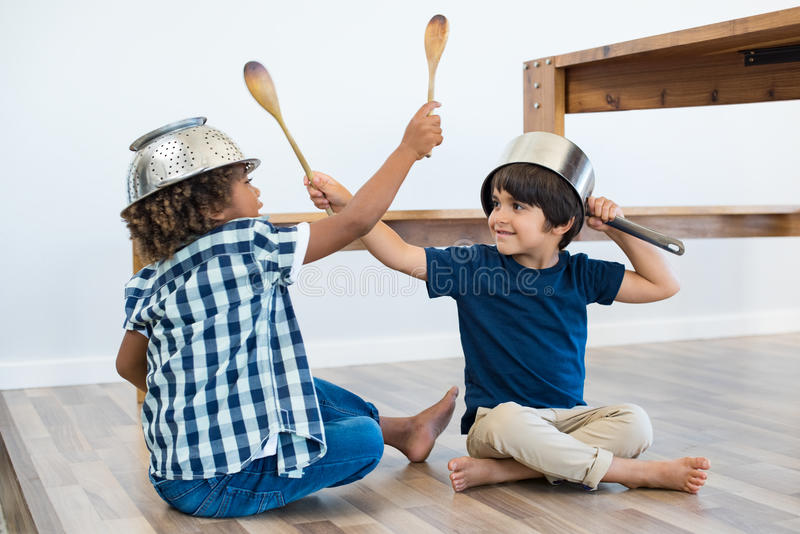 Kinderen die met keukengerei spelen royalty-vrije stock afbeeldingen