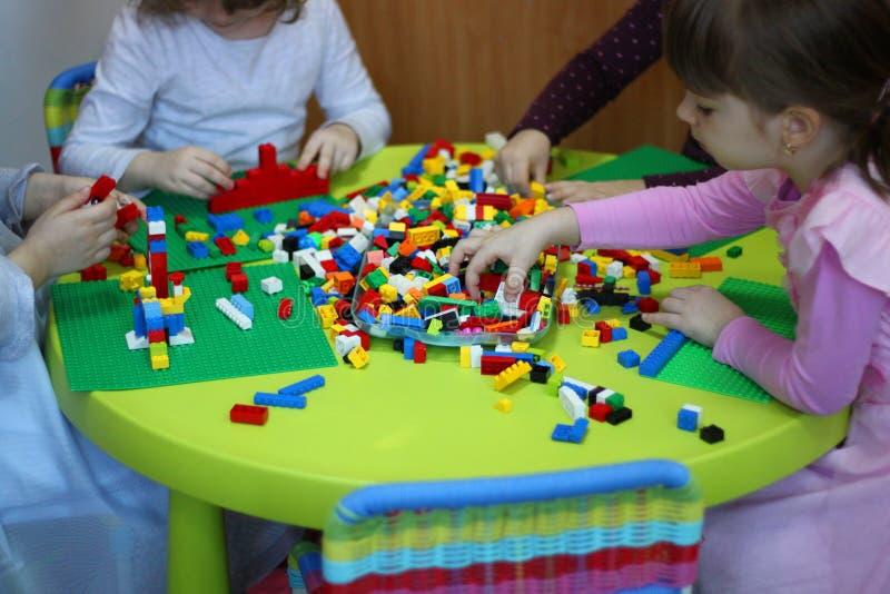 Kinderen die met lego spelen stock fotografie