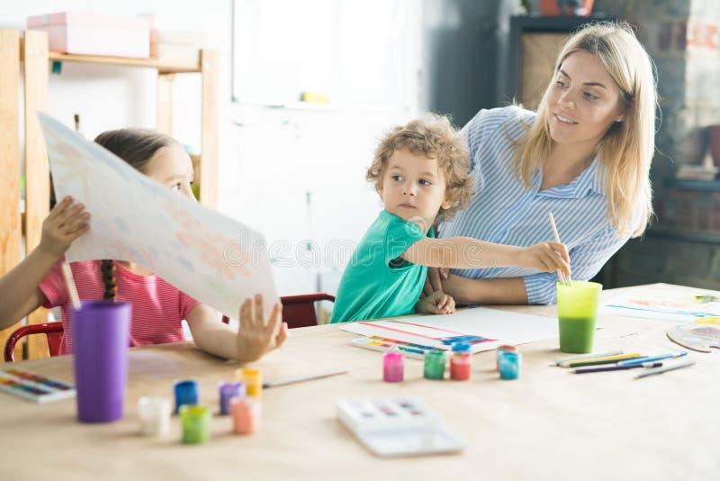 Kinderen die met moeder schilderen royalty-vrije stock afbeeldingen