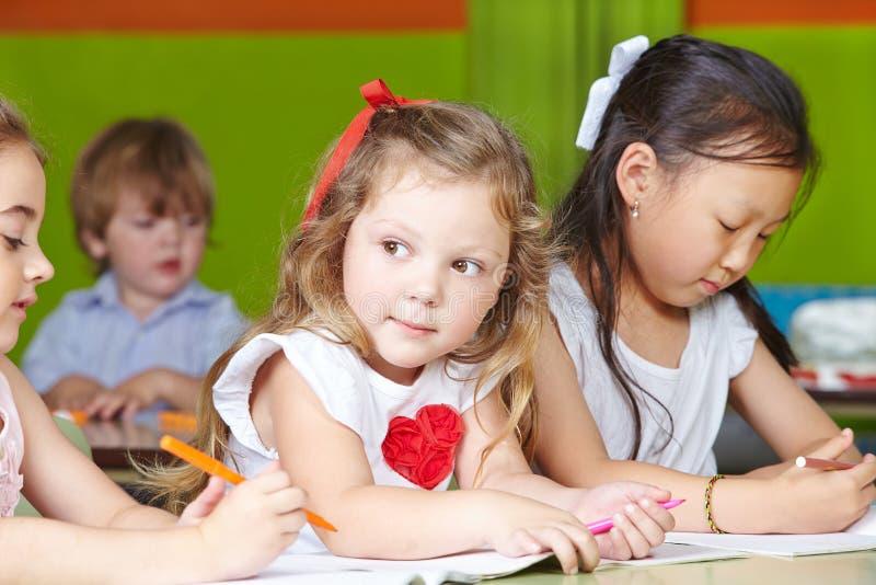 Kinderen die met pennen trekken royalty-vrije stock foto's