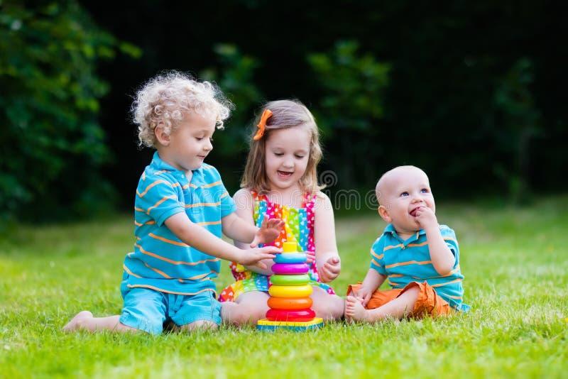 Kinderen die met stuk speelgoed piramide spelen stock afbeeldingen