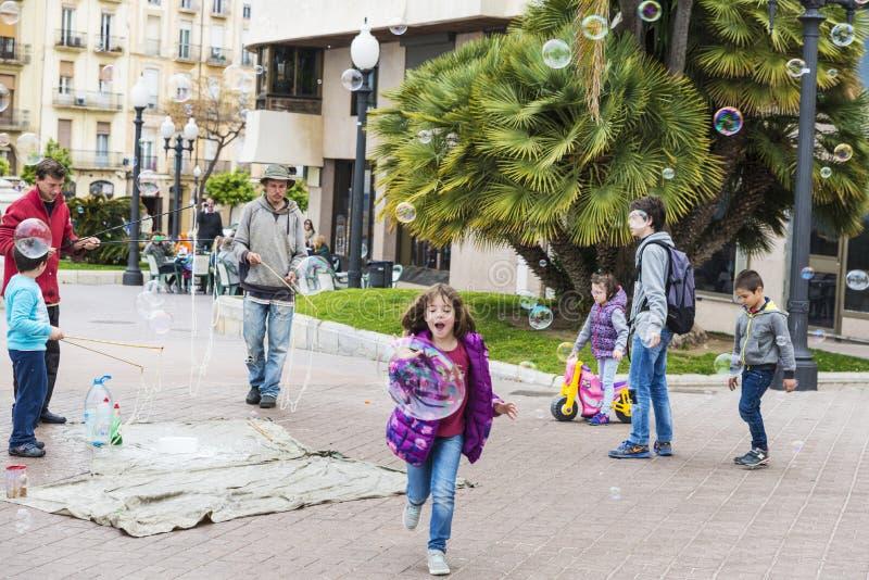 Kinderen die met zeepbels spelen stock foto
