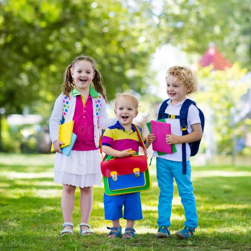 Kinderen die naar school, jaarbegin terugkeren stock foto
