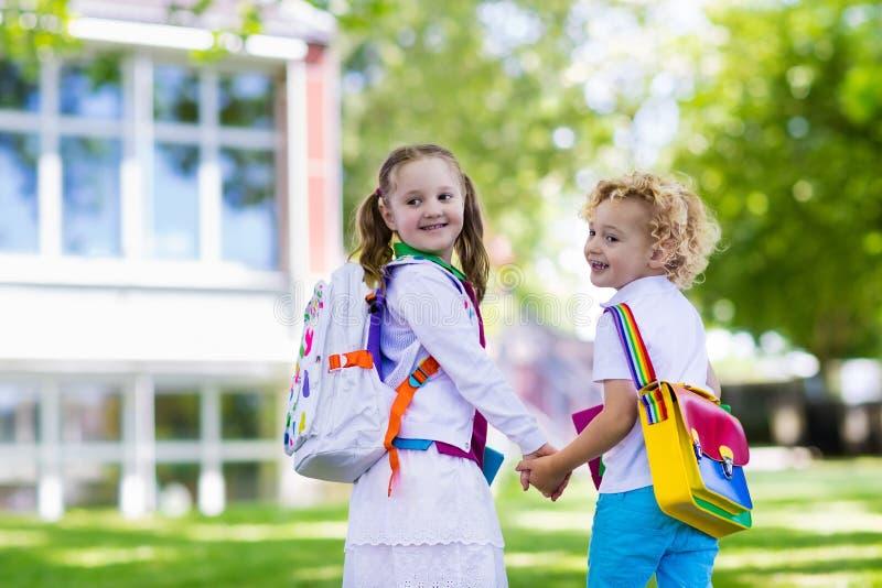 Kinderen die naar school, jaarbegin terugkeren royalty-vrije stock afbeelding