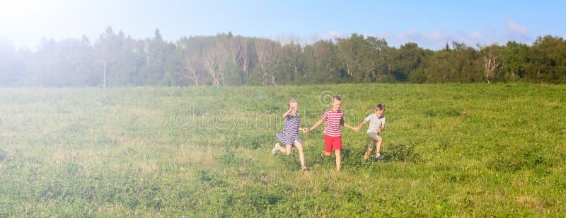 Kinderen die op de lentegebied lopen, banner stock afbeeldingen