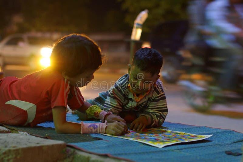Kinderen die op de straat in Mandalay in Birma, Azië spelen stock foto's