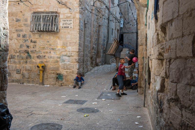 Kinderen die op de straten van Jeruzalem spelen royalty-vrije stock foto's