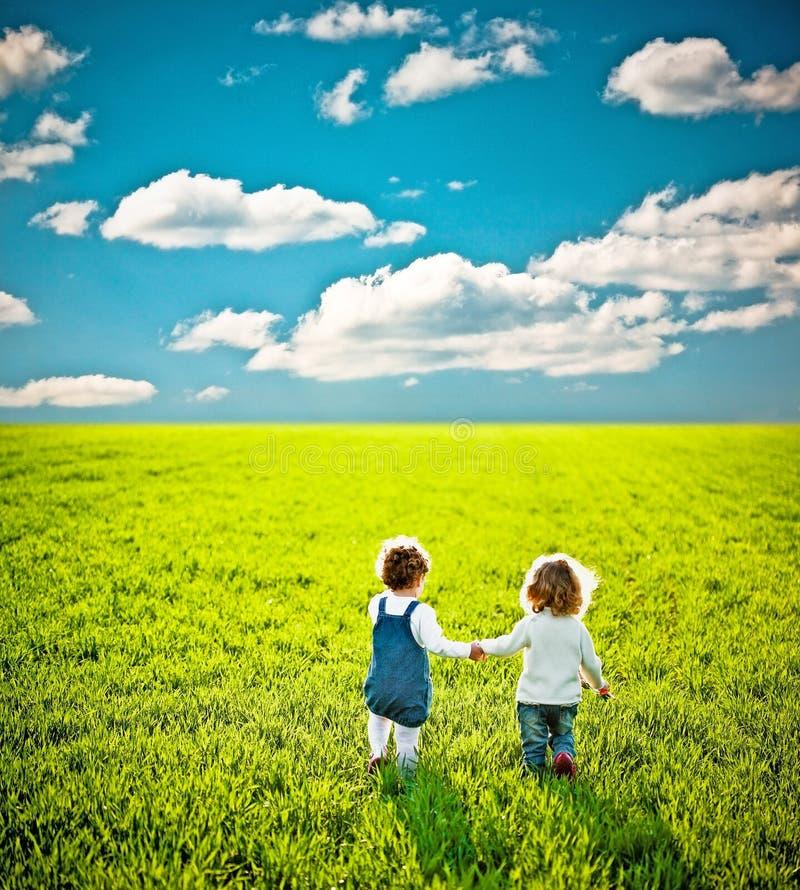 Kinderen die op de zomergebied gaan royalty-vrije stock afbeeldingen