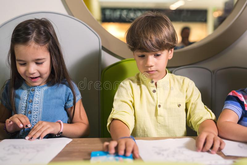 Kinderen die op een klasse trekken stock afbeelding