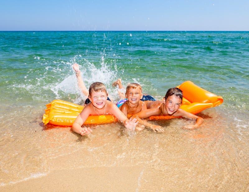 Kinderen die op een strand spelen royalty-vrije stock foto's