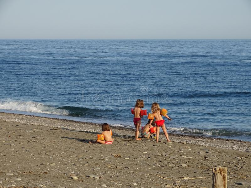 Kinderen die op het strand spelen royalty-vrije stock afbeelding