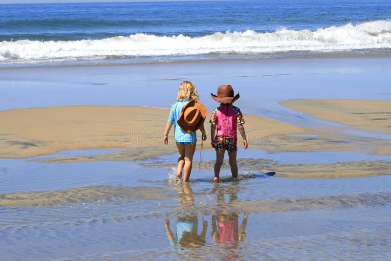 Kinderen die op strand lopen stock afbeelding