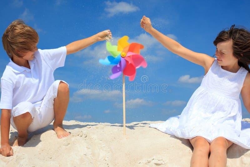 Kinderen die op strand spelen royalty-vrije stock foto