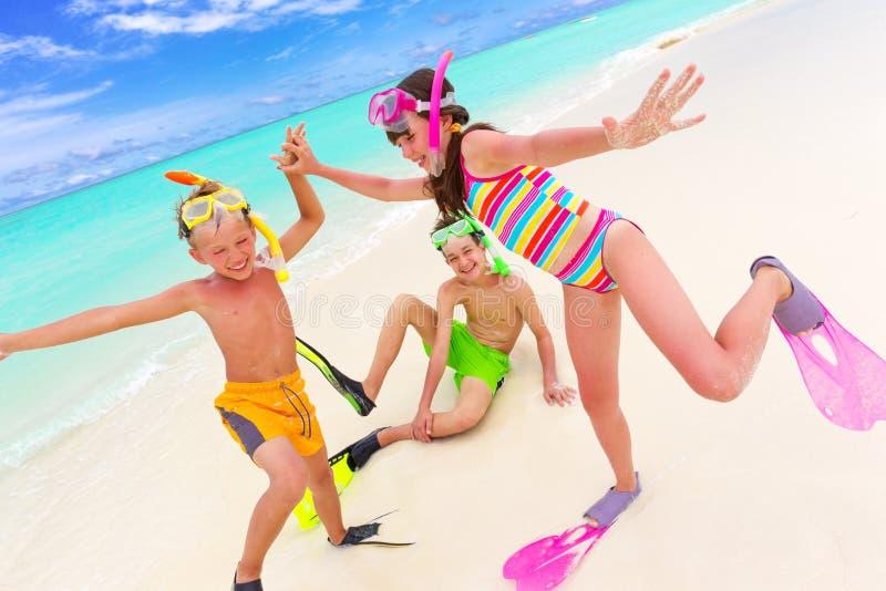 Kinderen die op strand spelen royalty-vrije stock foto's
