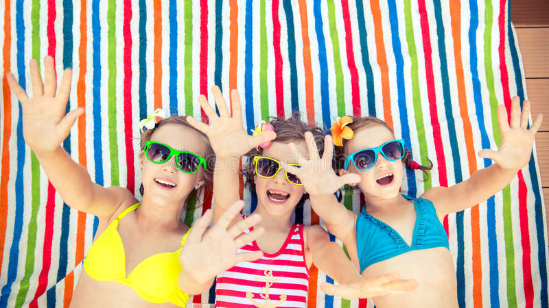 Kinderen die in openlucht in de zomer spelen royalty-vrije stock afbeelding