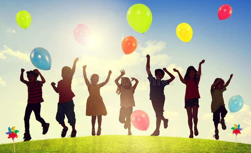 Kinderen die in openlucht het Concept van de Ballonssamenhorigheid spelen royalty-vrije illustratie