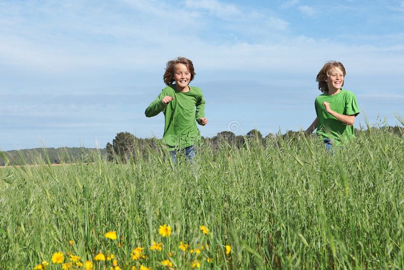 Kinderen die in openlucht het spelen in werking stellen royalty-vrije stock fotografie