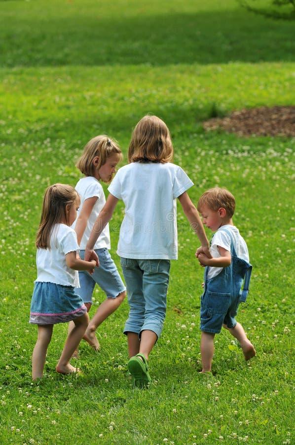 Kinderen die in openlucht spelen stock foto
