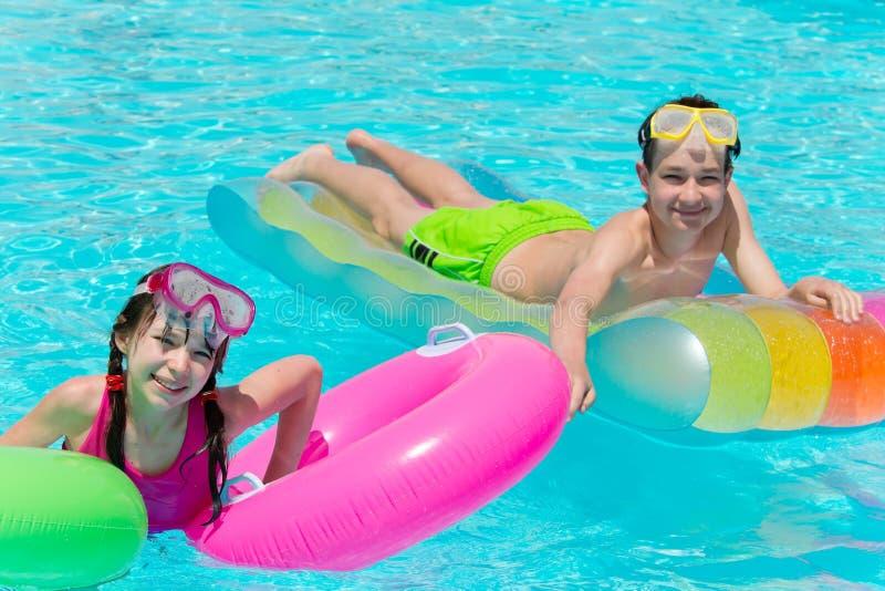 Kinderen die in pool spelen royalty-vrije stock foto's