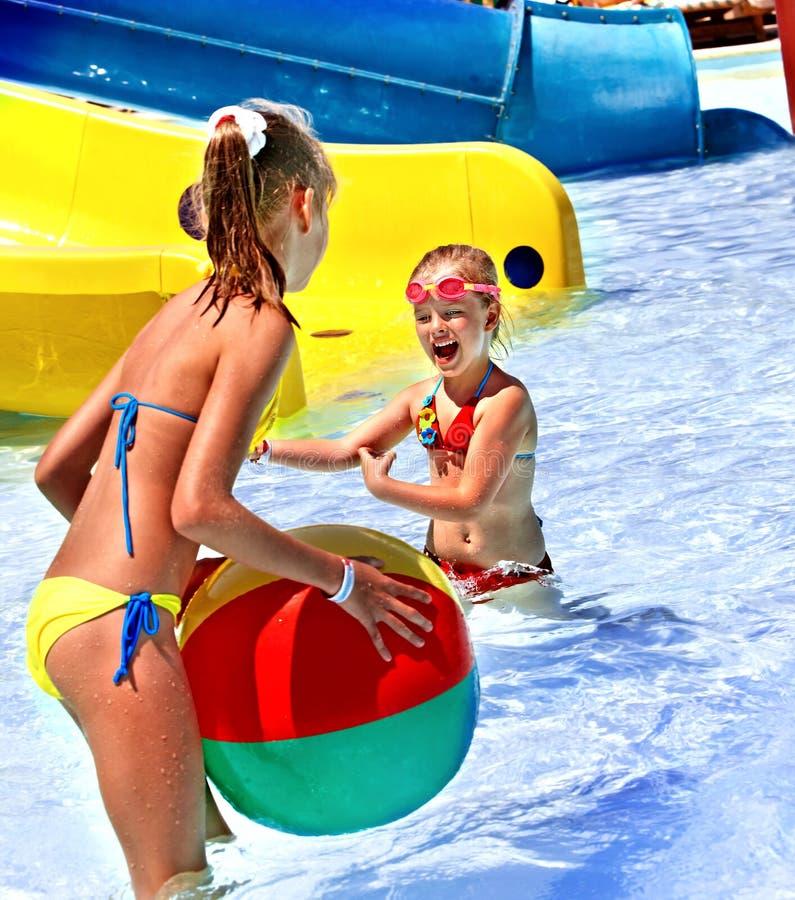 Kinderen die in pool zwemmen. stock fotografie