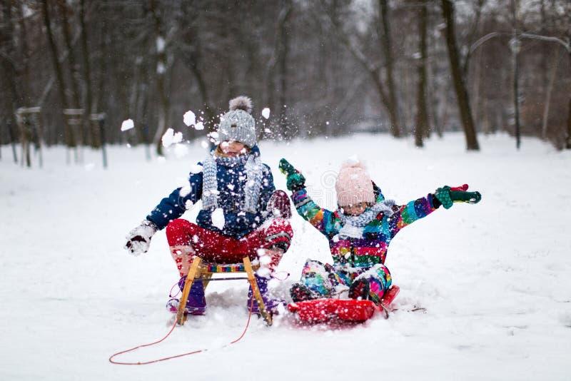 Kinderen die pret in de sneeuw hebben stock foto's