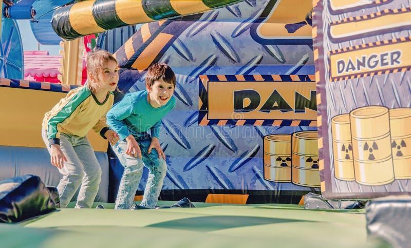 Kinderen die pret hebben bij pretpark Rit op kano Gelukkig kinderjarenconcept stock afbeelding